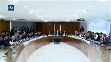 Bolsonaro faz 1ª reunião ministerial: pente-fino em conselhos e imóveis - Onyx Lorenzoni foi o porta-voz. Na mira do novo governo estão 700 imóveis da União e todos os ministérios estão autorizados a fazer uma limpa nos cargos comissionados.