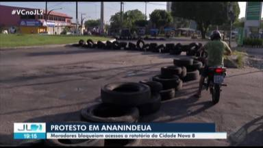 Manifestantes bloqueiam trânsito em protesto na Cidade Nova 8, em Ananindeua - Eles reclamavam da falta de asfaltamento da rodovia.