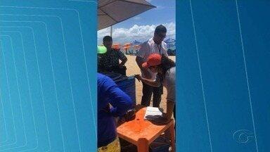 Ambulantes são notificados em fiscalização do Procon na orla de Maceió - 11 vendedores foram notificados por falta de cardápio.