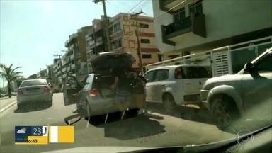 Desordem em Cabo Frio na temporada de férias - Estacionamento irregular e bandalhas no trânsito não têm fiscalização