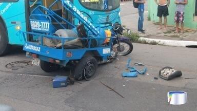 Motociclista fica ferido após bater em ônibus em São José - Vítima foi arremessada com impacto.