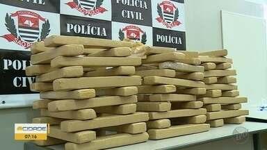 Polícia Civil apreende 100kg de maconha na Zona Norte de Ribeirão Preto - Ao todo, 66 tijolos estavam em casa na Rua Pindamonhangaba.