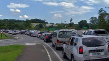 Excesso de veículos deixa trânsito lento na Mogi-Bertioga - Em plena quinta-feira (3), motoristas enfrentaram tráfego lento na rodovia.