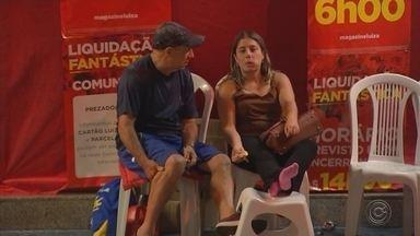 Consumidores passam madrugada em fila para aproveitar descontos de loja em Araçatuba - Centenas de consumidores passaram a madrugada desta sexta-feira (4) em uma fila para aproveitar o tradicional feirão de descontos realizado por uma loja de departamentos, em Araçatuba (SP).