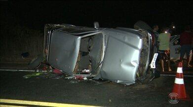 Acidente entre dois carros deixa mortos na BR-230 entre Campina Grande e Soledade, na PB - Duas pessoas morreram e uma ficou ferida; um dos carros é de uma prefeitura.