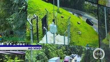Sexta-feira é dia de estrada cheia na região - Veja o trabalho no centro de controle da Tamoios.