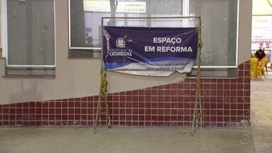 Passageiros reclamam de falta de infraestrutura durante reforma na rodoviária de Catanduva - O terminal de Catanduva (SP) está em obras há mais de três anos e ainda tem muita coisa na base do improviso. Muitos passageiros estão reclamando das condições da rodoviária.