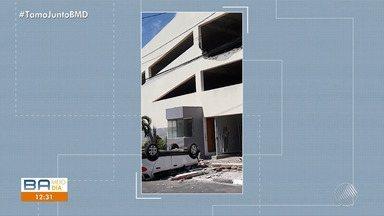 Motorista pede controle do veículo e despenca de garagem em Feira de Santana - O acidente aconteceu no bairro Santa Mônica. Quem controlava o veículo, por sorte teve ferimentos leves.