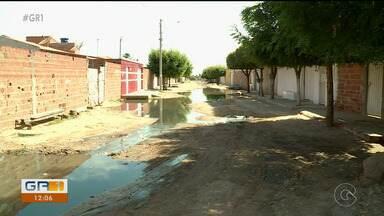 Moradores do bairro Terras do Sul em Petrolina sofrem com esgoto estourado - As ruas estão tomadas de água suja