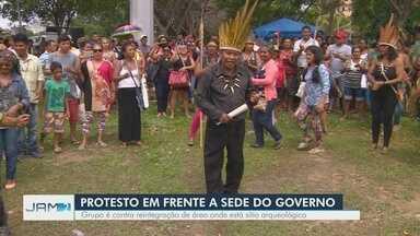 Indígenas protestam em frente à sede do governo do AM - Grupo de indígenas é contra reintegração de área onde está sítio arqueológico