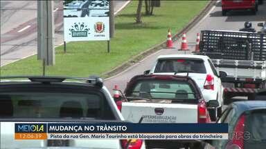Motoristas devem ficar atentos pras mudanças na Rua General Mario Tourinho - Uma das pistas está bloqueada para obras da trincheira.
