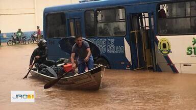 Chuva deixa avenida Rio Madeira totalmente alagada na capital - Carros ficaram quase submersos na via.