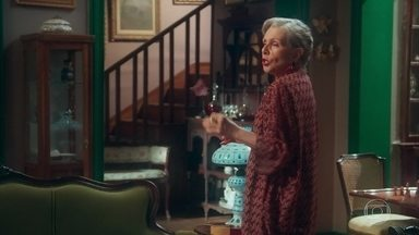 Hildegard cobra a ajuda de Augusto para proteger Danilo - Ela conta que o coronel não pode descobrir que Danilo ajuda Maristela ou pode acontecer o pior