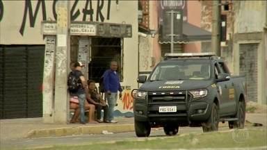 Governo do Ceará transfere mais 20 presos para presídio federal do RN - Eles são suspeitos de comandar os ataques que completaram uma semana. O medo e a falta de transporte afastaram as pessoas das ruas e lojas registram queda de 90% nas vendas.