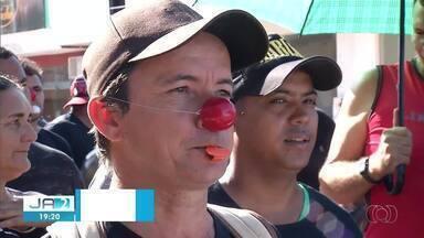 Servidores de Colinas do Tocantins fazem protesto no centro da cidade - Servidores de Colinas do Tocantins fazem protesto no centro da cidade