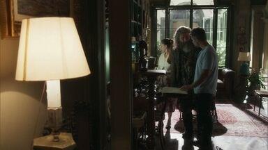Feliciano mostra o livro da irmandade para Gabriel - O rapaz tem primeiro contato com o código de conduta dos guardiães da fonte