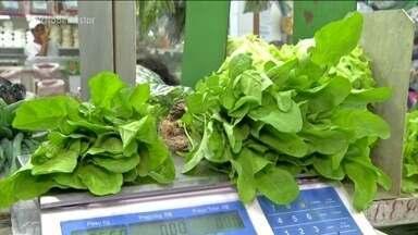 Produtos orgânicos estão cada vez mais comuns nas feiras e supermercados - Os orgânicos são aqueles que não utilizam produtos químicos em seu plantio e manejo. Eles também são mais caros e menores.