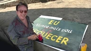 Moacyr Franco revela o que fazia antes da fama - Cantor e humorista foi pintor de carroceria de caminhão e, aos 82 anos, mostra que não perdeu a mão