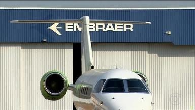 Bolsonaro diz não ser contra a fusão Embraer-Boeing - Depois de uma reunião no Palácio do Planalto com o alto comando das Forças Armadas, o presidente Jair Bolsonaro autorizou a fusão entre a Embraer e a Boeing. Um negócio que ele chegou a questionar.