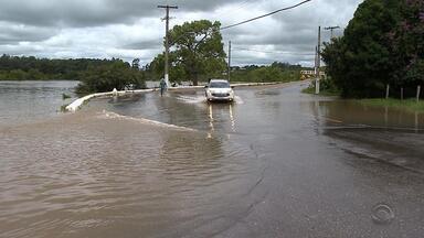 Cheia após temporal deixa 600 famílias fora de casa em São Gabriel - Prefeitura assinou decreto de emergência por conta da situação.