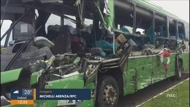 Cinco pessoas morrem em acidente entre ônibus de SC e caminhão-caçamba na PR-280 - Cinco pessoas morrem em acidente entre ônibus de SC e caminhão-caçamba na PR-280