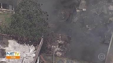 Incêndios atingem apartamento no Recife e ferro velho em Igarassu - Fogo foi controlado nas duas ocorrências. Ninguém ficou ferido