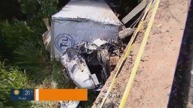 Batida entre quatro caminhões deixa uma pessoa morta e feridos na BR-153 em Prata - Rodovia ficou congestionada, pois carga se espalhou pela pista. Repórter Pedro Torres conta como foi o acidente e situação na região.