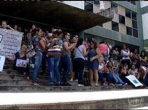 Servidores da educação protestam na porta da prefeitura - Eles cobram pagamento do mês de dezembro.