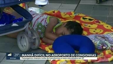 Passageiros dormem no chão dentro do Aeroporto de Congonhas - Mais de 20 voos foram cancelados por causa do mau tempo