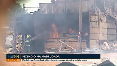 Incêndio destrói madeireira em Ponta Grossa - O fogo começou de madrugada e assustou os moradores de imóveis vizinhos.