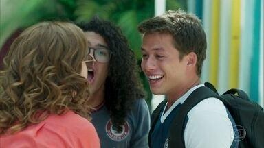 Santiago é convidado para participar de uma peneira para um time de futsal - Gabriela dá a notícia. Santiago e Michael comemoram