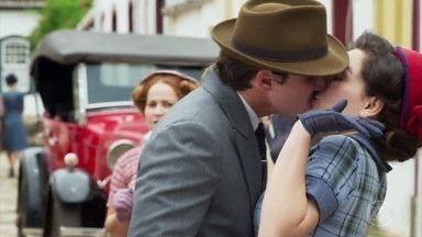 Mauro César beija Mariane em gravação do filme de Julia Castelo - Alain se aborrece e pede para os atores seguirem o roteiro