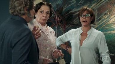 Carmen e Dona Agustina acompanham Dom Sabino - As duas querem garantir a segurança de Dom Sabino