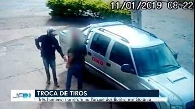 Três homens morrem em troca de tiros em Goiânia - Imagens de câmeras de segurança flagraram tentativa de assalto no Parque dos Buritis.