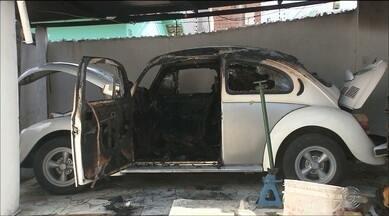 Imagens mostram bandido provocando incêndio num carro, em Campina Grande - Carro era de um aposentado.