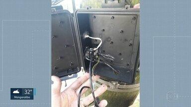 Bandidos instalam câmera para monitorar policiais no Viidigal - Policiais da UPP do Vidigal descobriram uma caixa preta presa a um poste e resolveram investigar. Eles descobriram uma câmera que teria sido instalada por bandidos para monitorar os policiais.