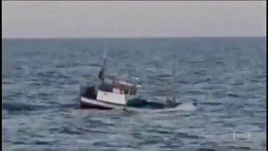 Uruguai prende 10 tripulantes de barco brasileiro suspeito de pesca ilegal - Dono diz que pescou em águas brasileiras, mas que barco quebrou e ficou à deriva