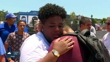Enterrado do corpo do rapaz morto em assalto em Barra de Guaratiba - Maheus Lessa tinha 22 anos e foi baleado ao se colocar na frente da mãe para que ela não fosse atingida.
