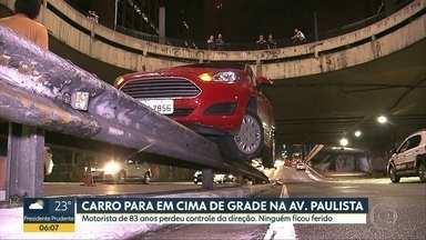Grade para em cima da grade de proteção na passagem para a Av. Paulista - Senhora de 83 anos perdeu controle do carro