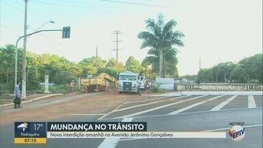 Obra na rede de esgoto interdita trecho da Avenida Jerônimo Gonçalves em Ribeirão Preto - Bloqueio será no cruzamento da via com a Rua Felipe Camarão.