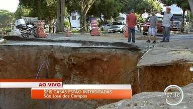 Aumenta número de casas interditadas após cratera voltar a abrir na zona sul de São José - São seis imóveis interditados pela Defesa Civil.