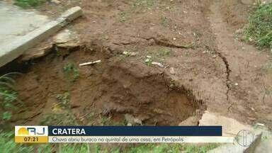 Chuva abriu buraco no quintal de uma casa, em Petrópolis, no RJ - Assista a seguir.