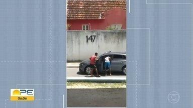 Polícia procura trio que pratica assaltos embaixo de viaduto no Recife - Abordagem a um veículo foi filmada e divulgada na quinta (17).
