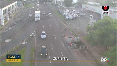 Pista da Rua Mário Tourinho é bloqueada - Veja também a situação do trânsito em outras ruas de Curitiba.