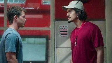 Santiago se assusta com o comportamento de Bryan - O técnico assedia o atleta, mas ele acaba sendo salvo por um jogador que aparece de surpresa no vestiário.