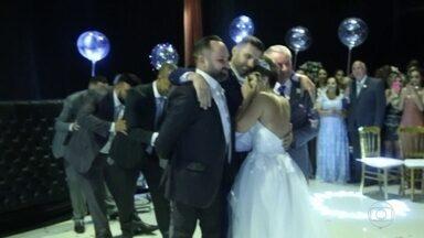 Cadeirante recebe ajuda para dançar valsa com a noiva em casamento e vídeo emociona - Hugo e Cinthia se conheceram através de aplicativo de relacionamentos.Ele perdeu os movimentos em um acidente e ela havia perdido um ex na mesma situação.