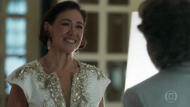 Valentina aceita que Feliciano a acompanhe à inauguração do restaurante de Tobias - Guardião surpreende a empresária com repaginada no visual