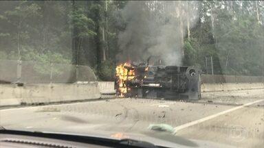 Polícia está em busca de bandidos que atacaram três carros fortes em Paraibuna (SP) - Um segurança ficou ferido. A rodovia dos Tamoios ficou interditada por cinco horas.