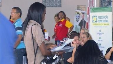 Feira de Bauru orienta candidatos em busca de emprego - Uma feira realizada na cidade de Bauru (SP) ajuda as pessoas na busca por vaga no mercado de trabalho.