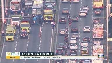 Caminhão tomba na ponte Rio-Niterói e deixa trânisto interditado no sentido Niterói - Um caminhão tombou na ponte Rio-Niterói no sentido Niterói, na altura da Ilha do Mocanguê. O motorista está recendo atendimento no local. O tráfego está interditado no sentido Niterói